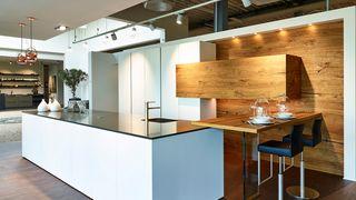 Bax keuken met kookeiland in wit en split-eiken